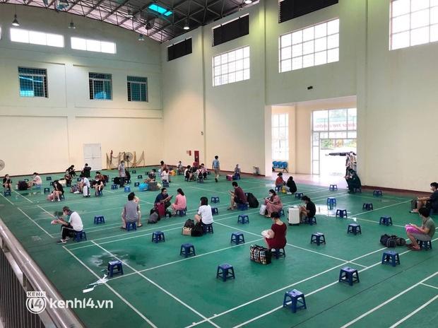 Ảnh: Gần 100 người dân ở ổ dịch Thanh Xuân Trung hoàn thành cách ly, mặc áo bảo hộ kín mít, đội mưa trở về nhà - Ảnh 4.