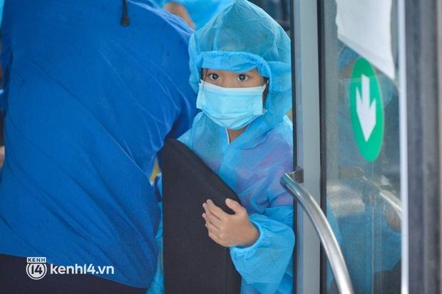 Ảnh: Gần 100 người dân ở ổ dịch Thanh Xuân Trung hoàn thành cách ly, mặc áo bảo hộ kín mít, đội mưa trở về nhà - Ảnh 8.