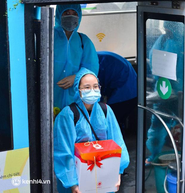 Ảnh: Gần 100 người dân ở ổ dịch Thanh Xuân Trung hoàn thành cách ly, mặc áo bảo hộ kín mít, đội mưa trở về nhà - Ảnh 5.