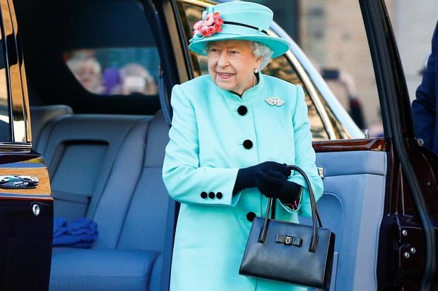 Ẩn ý trang phục của nữ hoàng Anh: Di chuyển nhẹ chiếc túi xách mà cũng khiến người ta sợ hãi! - Ảnh 2.