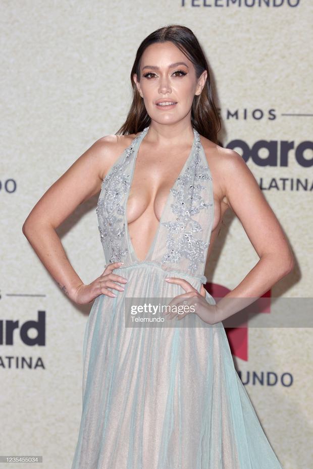 Thảm đỏ Billboard Latin: Camila lột xác át cả Hoa hậu Hoàn vũ, dàn mỹ nhân đua nhau phô body xôi thịt lộ cả điểm nhạy cảm - Ảnh 11.