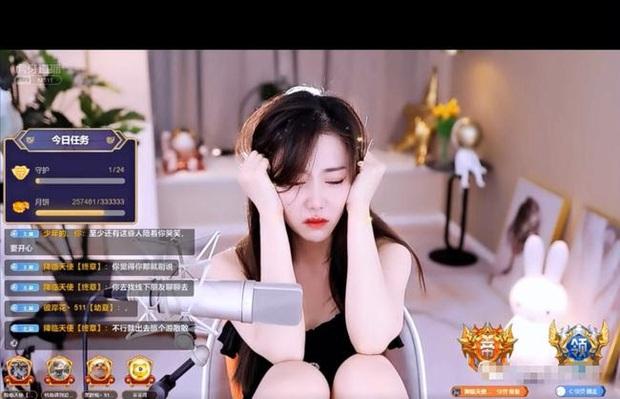 Không chịu nổi áp lực từ gia đình, nữ streamer xinh đẹp bật khóc ngay trên sóng trực tiếp, thậm chí đã từng có ý định tự tử? - Ảnh 2.