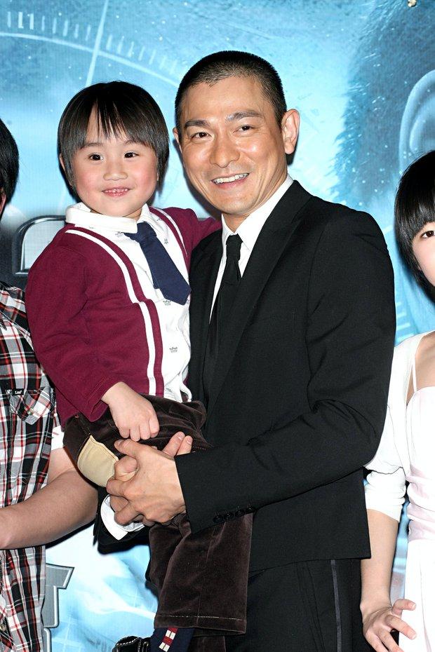 Bi kịch thần đồng diễn xuất bị bố mẹ coi như máy in tiền: Bị ép đóng phim từ 2 tuổi, khổ sở vì bệnh tật đày đọa - Ảnh 2.