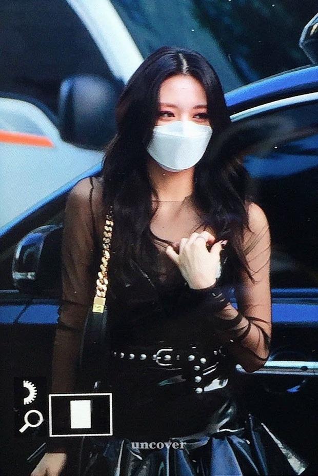 Stylist của ITZY bị sao thế: Cho em út 2k3 diện áo lộ ngực, outfit của Yeji bị Knet tố như mặc đồ lót đi diễn? - Ảnh 6.