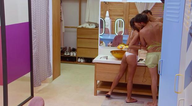 Liên tục trốn vào phòng thay đồ hôn hít, cặp đôi trại kiêng sex Latin khiến dàn cast bay hơn 200 triệu đồng - Ảnh 2.