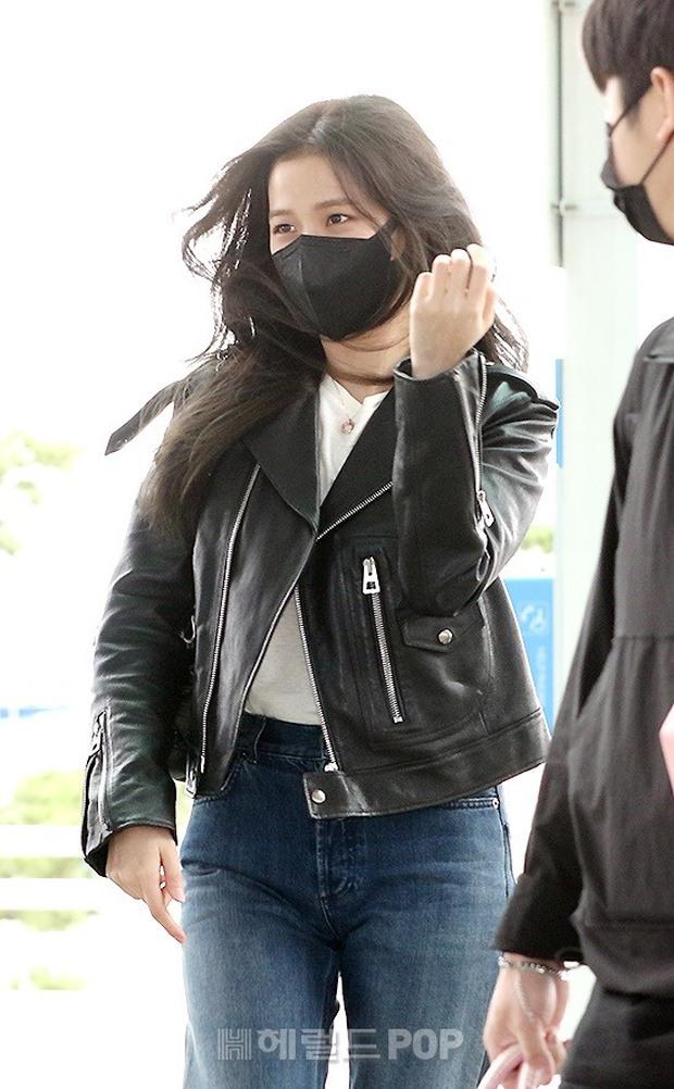 Jisoo (BLACKPINK) xinh ngất ngây tại sân bay sang Pháp dự sự kiện, nhưng sao nhìn bụng lại nặng nề thế này? - Ảnh 4.