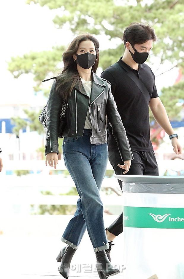 Jisoo (BLACKPINK) xinh ngất ngây tại sân bay sang Pháp dự sự kiện, nhưng sao nhìn bụng lại nặng nề thế này? - Ảnh 5.