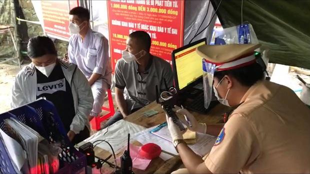Xe cấp cứu dán chữ Giang Kim Cúc và các cộng sự chở chui 3 người còn hú còi inh ỏi, tài xế khai báo vòng vo - Ảnh 3.