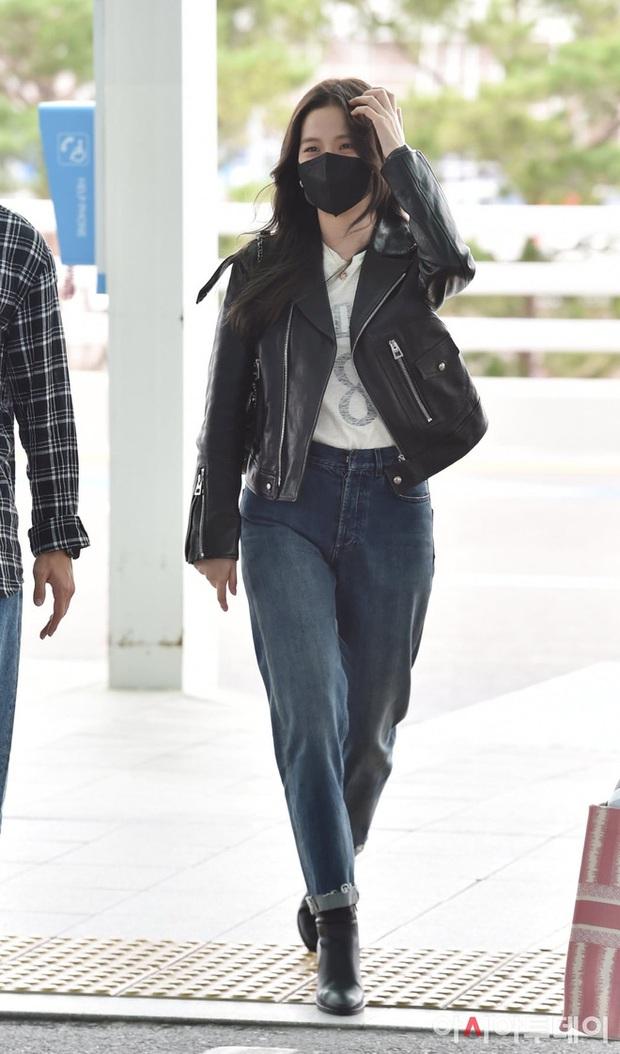 Jisoo (BLACKPINK) xinh ngất ngây tại sân bay sang Pháp dự sự kiện, nhưng sao nhìn bụng lại nặng nề thế này? - Ảnh 2.