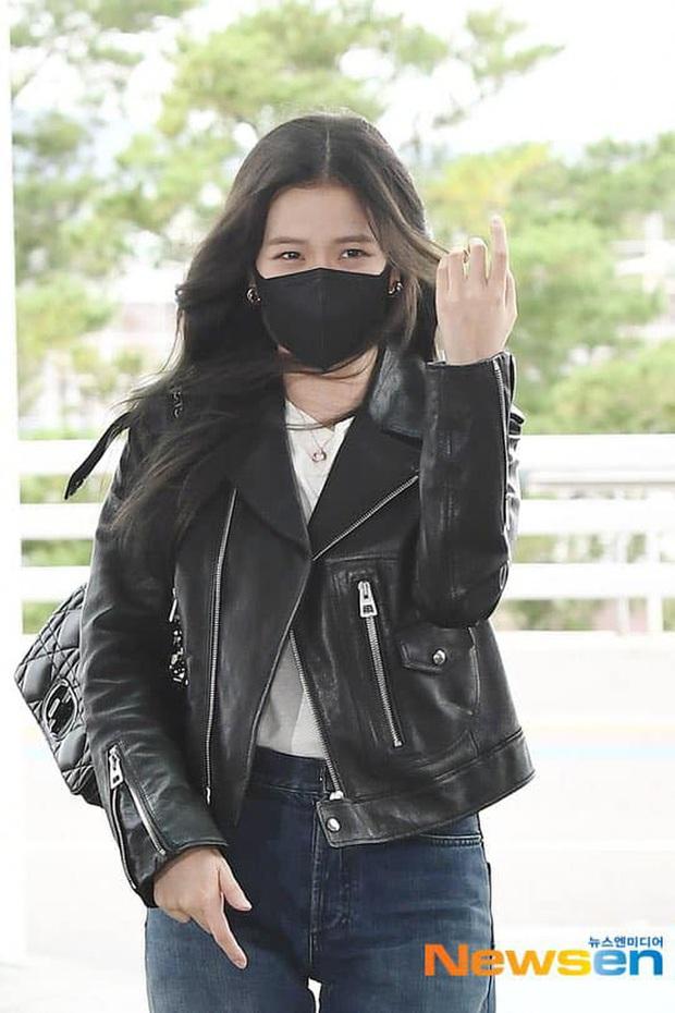 Jisoo (BLACKPINK) xinh ngất ngây tại sân bay sang Pháp dự sự kiện, nhưng sao nhìn bụng lại nặng nề thế này? - Ảnh 3.