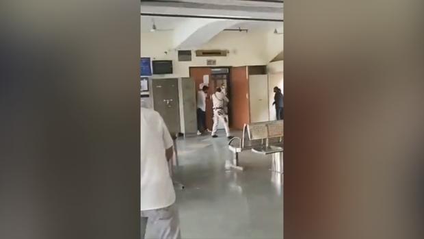 Ấn Độ: Xã hội đen đóng giả luật sư, nổ súng hạ sát đối thủ trong phòng xử án - Ảnh 2.
