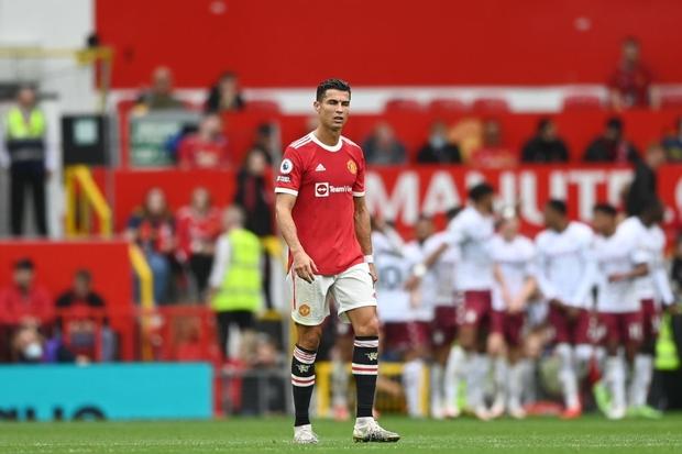 Ronaldo không được đá penalty, đồng đội sút thẳng lên trời ở phút bù giờ khiến MU thua ngay trên sân nhà - Ảnh 1.