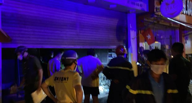 TP.HCM: Khói lửa bao trùm cả ngôi nhà đang đóng kín cửa, 2 vợ chồng la hét kêu cứu  - Ảnh 1.