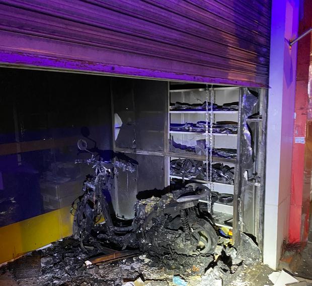 TP.HCM: Khói lửa bao trùm cả ngôi nhà đang đóng kín cửa, 2 vợ chồng la hét kêu cứu  - Ảnh 3.