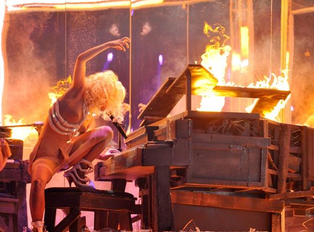 Nữ nghệ sĩ ngồi xe lăn hát, đốt nguyên cây đàn piano vẫn chưa sốc bằng việc dàn dựng cả một vụ treo người tự tử máu me khi diễn live - Ảnh 10.