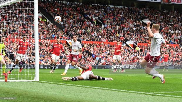 Ronaldo không được đá penalty, đồng đội sút thẳng lên trời ở phút bù giờ khiến MU thua ngay trên sân nhà - Ảnh 12.