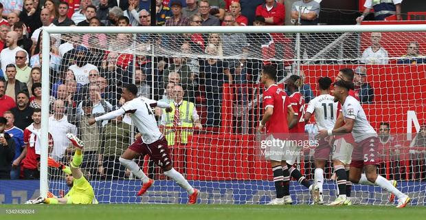 Ronaldo không được đá penalty, đồng đội sút thẳng lên trời ở phút bù giờ khiến MU thua ngay trên sân nhà - Ảnh 5.