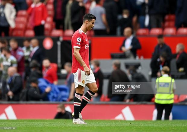 Ronaldo không được đá penalty, đồng đội sút thẳng lên trời ở phút bù giờ khiến MU thua ngay trên sân nhà - Ảnh 6.