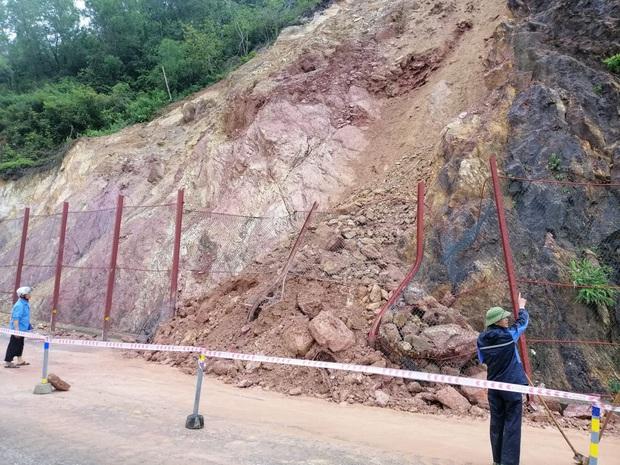 Mưa lớn kéo dài, nhiều địa phương ở Nghệ An bị chia cắt, ngập úng - Ảnh 1.