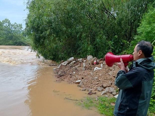 Mưa lớn kéo dài, nhiều địa phương ở Nghệ An bị chia cắt, ngập úng - Ảnh 2.