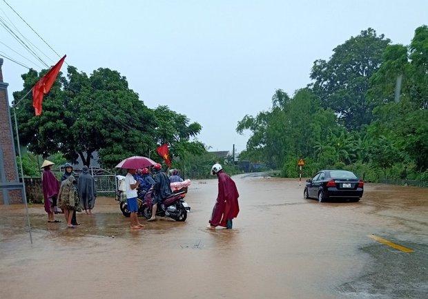 Mưa lớn kéo dài, nhiều địa phương ở Nghệ An bị chia cắt, ngập úng - Ảnh 5.