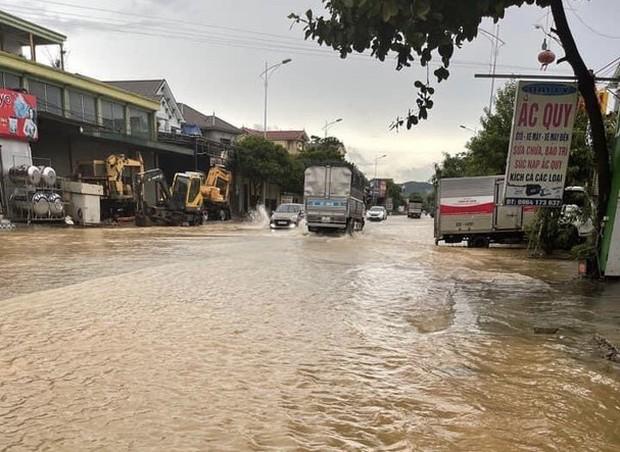 Mưa lớn kéo dài, nhiều địa phương ở Nghệ An bị chia cắt, ngập úng - Ảnh 6.