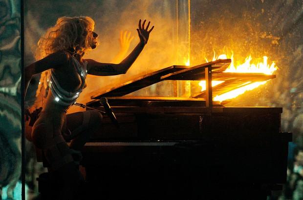 Nữ nghệ sĩ ngồi xe lăn hát, đốt nguyên cây đàn piano vẫn chưa sốc bằng việc dàn dựng cả một vụ treo người tự tử máu me khi diễn live - Ảnh 9.