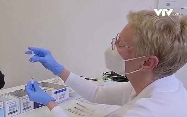 Các hãng sản xuất gấp rút ra mắt vaccine chống lại các biến thể - Ảnh 2.