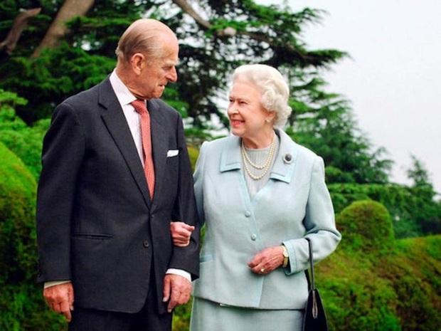 Hoàng tử Harry bất ngờ bị dư luận ném đá dữ dội vì một lời nhận xét về vợ chồng Nữ hoàng Anh - Ảnh 2.
