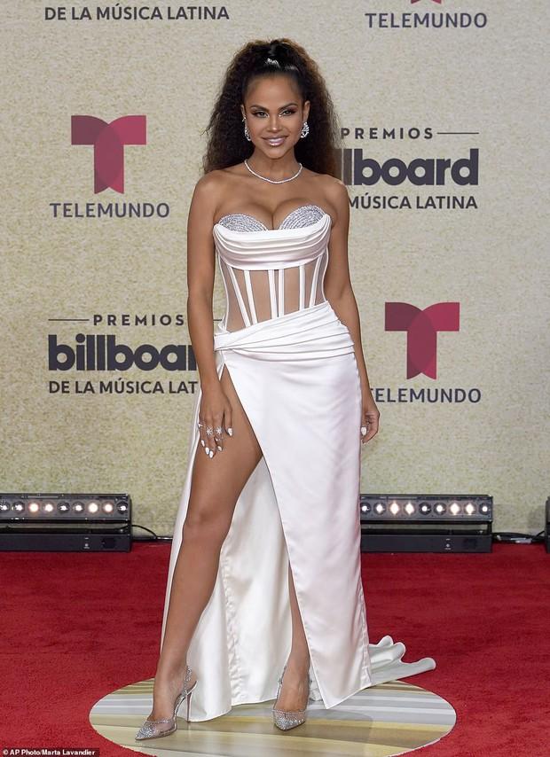 Thảm đỏ Billboard Latin: Camila lột xác át cả Hoa hậu Hoàn vũ, dàn mỹ nhân đua nhau phô body xôi thịt lộ cả điểm nhạy cảm - Ảnh 13.