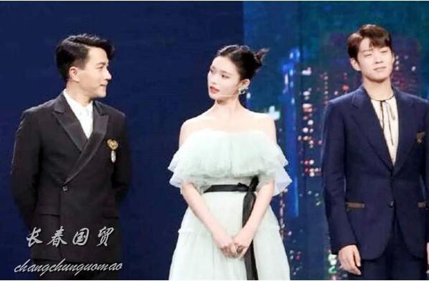 Bất đắc dĩ đứng chung sân khấu với bạn trai mới của Dương Mịch, Lưu Khải Uy lắp bắp trả lời khi bị hỏi cảm nghĩ - Ảnh 2.