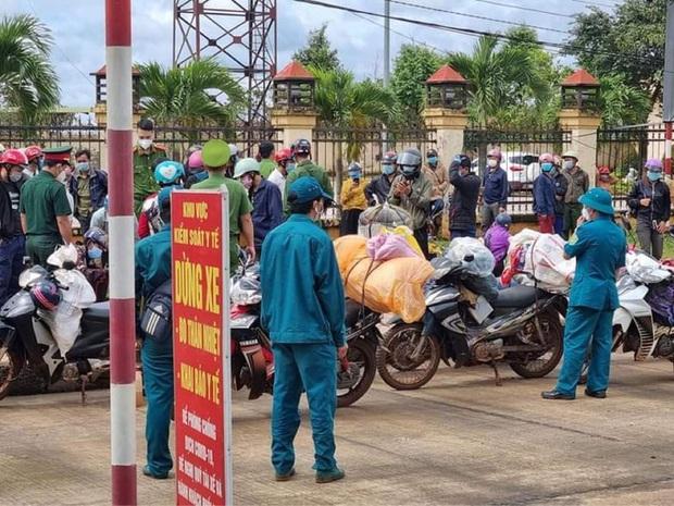 Hơn 120 người đi xe máy từ Bình Phước về quê Nghệ An phải tạm dừng ở Đắk Nông  - Ảnh 2.
