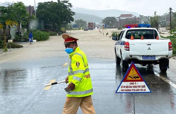 Thủy điện và hồ đập xả lũ, nhiều tuyến quốc lộ và nhà dân ở Nghệ An ngập sâu trong nước  - Ảnh 2.