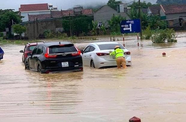 Thủy điện và hồ đập xả lũ, nhiều tuyến quốc lộ và nhà dân ở Nghệ An ngập sâu trong nước  - Ảnh 3.