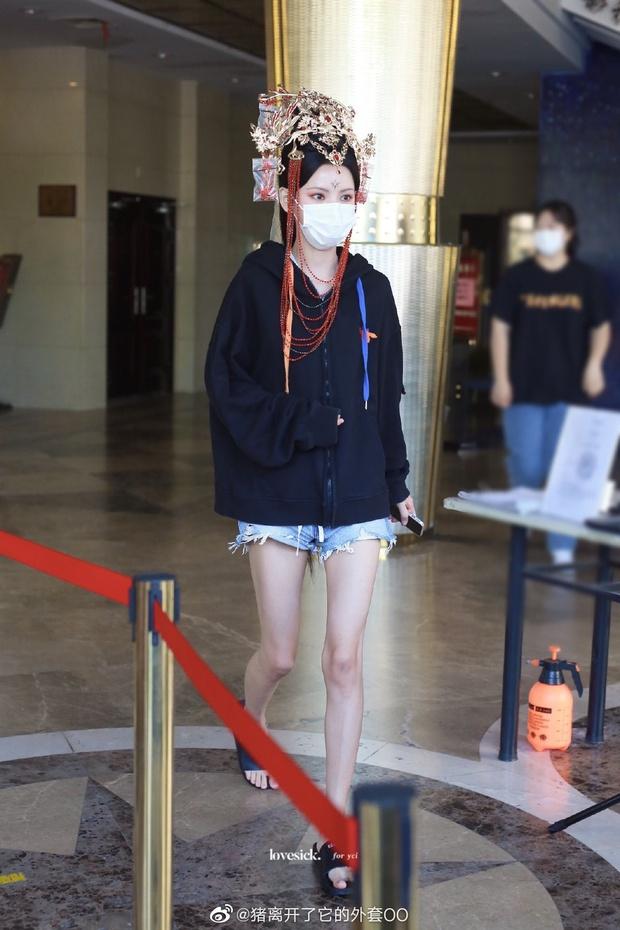 Phát hiện mỹ nhân lố lăng ăn đứt Cúc Tịnh Y ở phim mới: Cồng kềnh từ đầu tóc đến make up, nhưng fan bênh vực nghe hợp lý phết! - Ảnh 3.