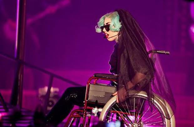 Nữ nghệ sĩ ngồi xe lăn hát, đốt nguyên cây đàn piano vẫn chưa sốc bằng việc dàn dựng cả một vụ treo người tự tử máu me khi diễn live - Ảnh 1.