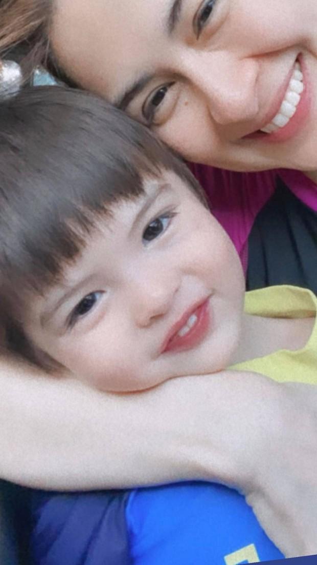 """Mỹ nhân đẹp nhất Philippines khoe 2 """"báu vật"""" cực phẩm: Con gái xinh như thiên thần nhưng mê nhất là nụ cười quý tử 2 tuổi - Ảnh 3."""