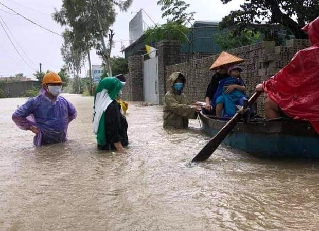 Thủy điện và hồ đập xả lũ, nhiều tuyến quốc lộ và nhà dân ở Nghệ An ngập sâu trong nước  - Ảnh 15.