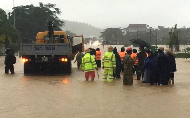 Thủy điện và hồ đập xả lũ, nhiều tuyến quốc lộ và nhà dân ở Nghệ An ngập sâu trong nước  - Ảnh 18.