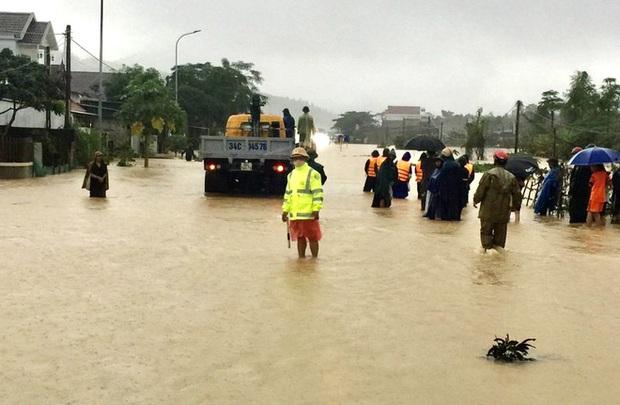 Thủy điện và hồ đập xả lũ, nhiều tuyến quốc lộ và nhà dân ở Nghệ An ngập sâu trong nước  - Ảnh 19.