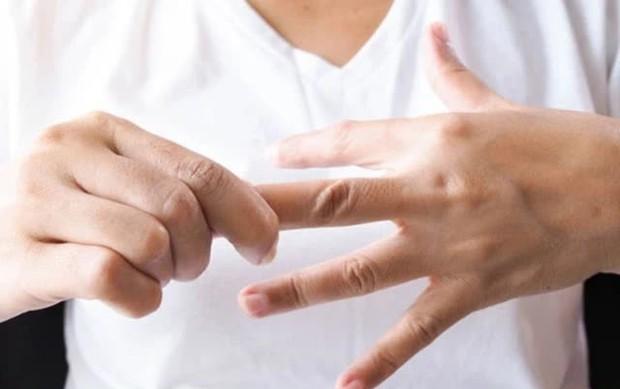 Nắm chặt tay 30 giây, biết rõ tình trạng sức khoẻ: Đau ngón cái liên quan tới phổi, đau ngón giữa rất có thể tim bạn có vấn đề - Ảnh 3.
