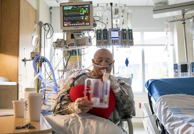 Sự tuyệt vọng của những bệnh nhân không mắc Covid-19 giữa đại dịch ở Mỹ: Đối mặt với cái chết vì bị hoãn điều trị, dời lịch phẫu thuật - Ảnh 3.