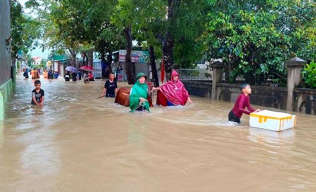 Thủy điện và hồ đập xả lũ, nhiều tuyến quốc lộ và nhà dân ở Nghệ An ngập sâu trong nước  - Ảnh 4.