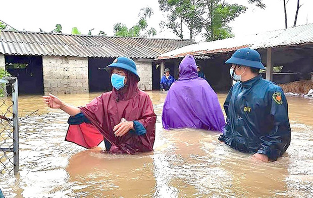 Thủy điện và hồ đập xả lũ, nhiều tuyến quốc lộ và nhà dân ở Nghệ An ngập sâu trong nước  - Ảnh 6.