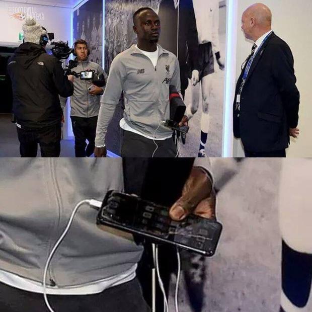 Kiếm bộn tiền mỗi năm nhưng các siêu sao bóng đá này vẫn dùng smartphone loại cũ, máy nghe nhạc đời Tống - Ảnh 5.