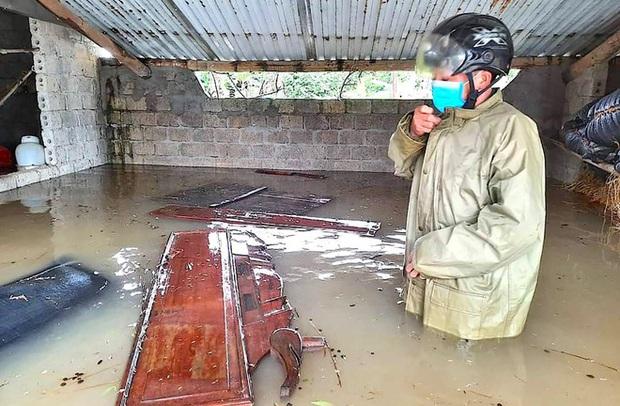 Thủy điện và hồ đập xả lũ, nhiều tuyến quốc lộ và nhà dân ở Nghệ An ngập sâu trong nước  - Ảnh 8.