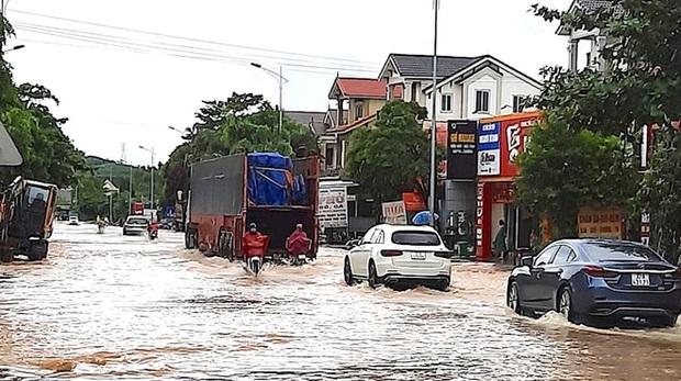 Thủy điện và hồ đập xả lũ, nhiều tuyến quốc lộ và nhà dân ở Nghệ An ngập sâu trong nước  - Ảnh 9.