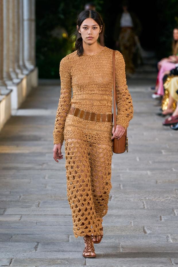 Mẫu Việt giờ vươn xa quá: Phương Oanh catwalk cho Dolce&Gabbana, có nàng còn phô trọn vòng 1 trên sàn diễn quốc tế - Ảnh 6.