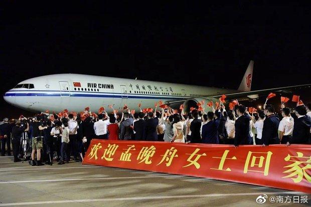 Trung Quốc chào đón đại công chúa Huawei về nước như người hùng: 100 triệu người xem trực tiếp, fan hâm mộ đứng vây kín sân bay - Ảnh 4.