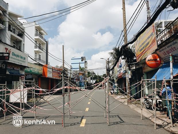 Cận cảnh những chốt chặn bít bùng bằng tôn thép, dây lưới ở Sài Gòn dự kiến sẽ được tháo gỡ trước 30/9 - Ảnh 18.